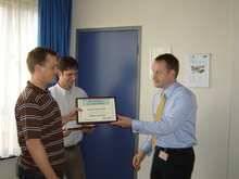 Marcus rijkt de certificaten uit.